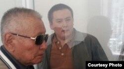 Журналист әрі азаматтық белсенді Жанболат Мамай (оң жақта) сот залында тұр. Алматы, 31 наурыз 2017 жыл.