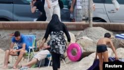 Žena u burkiniju na plaži u Marseillu, 17. kolovoza 2016.