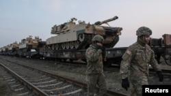 Soldați americani, în apropierea unui tanc M1 Abrams, la baza Mihail Kogălniceanu, în februarie 2017