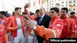 Азербайджанские спортсмены фотографируются на селфи с президентом страны Ильхамом Алиевым.