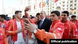 Әзербайжан президенті Ильхам Әлиев ел спортшыларымен суретке түсіп тұр.
