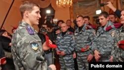 """Бывшие бойцы """"Беркута"""" получают российские паспорта"""