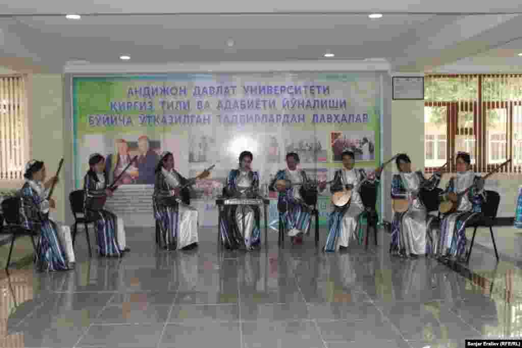 Потом организовала встречу со студентами Андижанского государственного университета и показала факультет кыргызской филологии в учебном заведении.