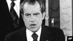 """Президентът Никсън също отправя речта си """"в трудни времена""""."""