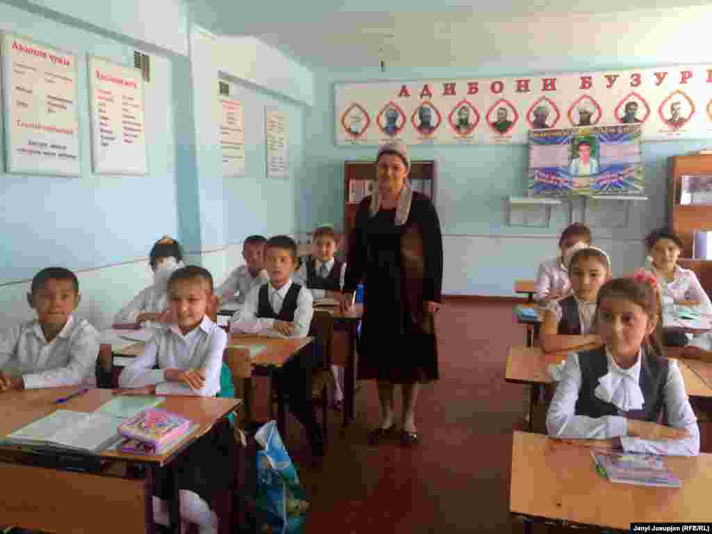 Автор первой таджикской азбуки в Кыргызстане Ахмадалиева Хурматхон со своими учениками в школе им. Садриддина Айни. Обучение в школе ведется на таджикском и русском языках, недавно в школе открылся класс обучения на кыргызском языке.