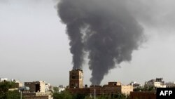 Pamje pas një sulmi ajror të Arabisë Saudite kundër caqeve të kryengritësve në kryeqytetin Sana në Jemen