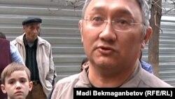 Ақсай-4 ықшам ауданының тұрғыны Ермек Еспенов. Алматы, 7 сәуір 2012 жыл.