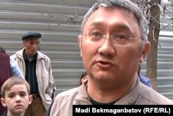 Ермек Еспенов выражает протест против уплотнительной новостройки в микрорайоне Аксай-4. Алматы, 7 апреля 2012 года.