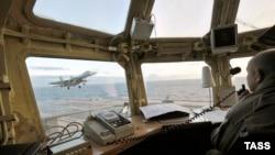 Архивное фото: истребитель Су-33 заходит на посадку на борт авианосца «Адмирал Кузнецов» в Баренцевом море
