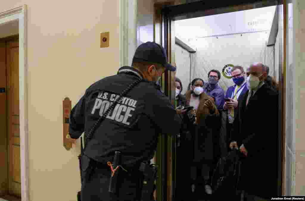 Полиция эвакуирует журналистов из здания Конгресса