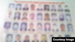 Доска с фотографиями разыскиваемых в Узбекистане лиц. Шавкат третий слева во втором ряду.
