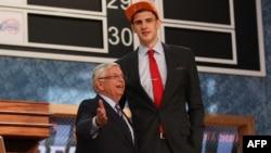 Олексій Лень та комісар НБА Девід Стерн, червень 2013 року