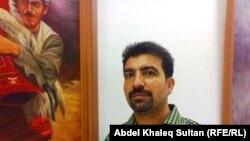 الفنان سرمد يوسف أمام احدى لوحاته