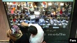 یک فروشگاه تلفن همراه در مرکز خریدی در تهران