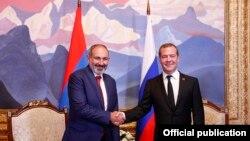 Премьер-министры Армении и России - Никол Пашинян (слева) и Дмитрий Медведев, 9 августа 2019 г.
