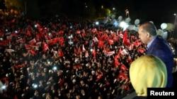 Президент Туреччини Реджеп Тайїп Ердоган виступає перед своїми прихильниками. Стамбул, 16 квітня 2017 року