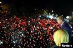 Қолдаушылары алдына шыққан Ердоған. Түркия, Стамбул, 16 сәуір 2017 жыл.