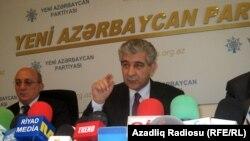 «Ենի Ազերբայջան»-ի փոխնախագահ Ալի Ահմեդովը ասուլիս է տալիս Բաքվում, 13-ը հոկտեմբերի, 2010թ.