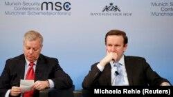 سناتور جمهوریخواه لینزی گراهام (چپ) و سناتور دموکرات ریچارد مورفی، در نشستی در آخرین روز از کنفرانس امنیتی مونیخ