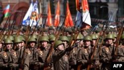 Російські військові в уніформі часів Другої світової війни на параді в Москві 9 травня 2015 року