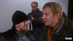 Іван Ахлабысьцін (справа) перад прэм'ерай свайго фільма ў Данецку з адным з камандзіраў сэпаратыстаў Арсеніем Паўлавым па мянушцы Матарола. 30 лістапада 2014 году.