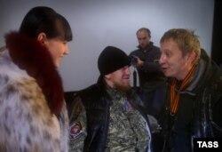 Російський актор Охлобистін в окупованому Донецьку разом з тоді ще живим бойовиком «Моторолою» і його дружиною. Листопад, 2014 рік