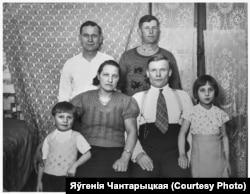Рэнэ, Ганна, Ян, Зэня Шэмісы зь сябрамі ў Францыі. 1936 год