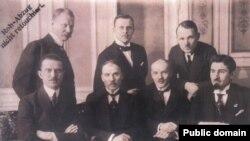Сядзяць (злева направа): Яўген Ладноў, Васіль Захарка, Мікола Вяршынін, Леанард Заяц; стаяць: Лявон Вітан-Дубейкаўскі, Янка Чарапук, Яўхім Бялевіч.