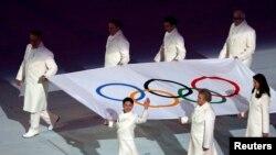 Valeri Gergiev purtînd steagul olimpic la Soci