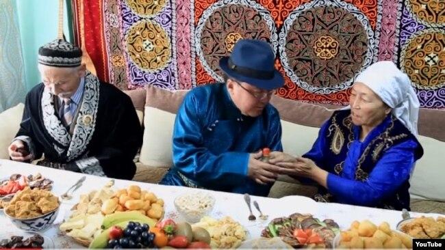 Моңғолия президенті Цахиагийн Элбэгдорж (ортада) сол елде тұратын қазақ Ақсолтан Қылышұлының жұбайымен шақша алмасып отыр. Улаанбаатар, 22 наурыз 2017 жыл