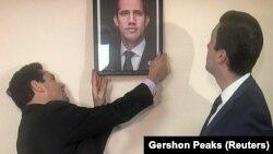 ԱՄՆ - Խուան Գուայդոյի պատվիրակ Կարլոս Վեքիոն Վաշինգտոնում Վենեսուելայի ռազմական կցորդի գրասենյակում փոխարինում է Մադուրոյի լուսանկարը Գուայդոյի լուսանկարով, 18-ը մարտի, 2019թ․