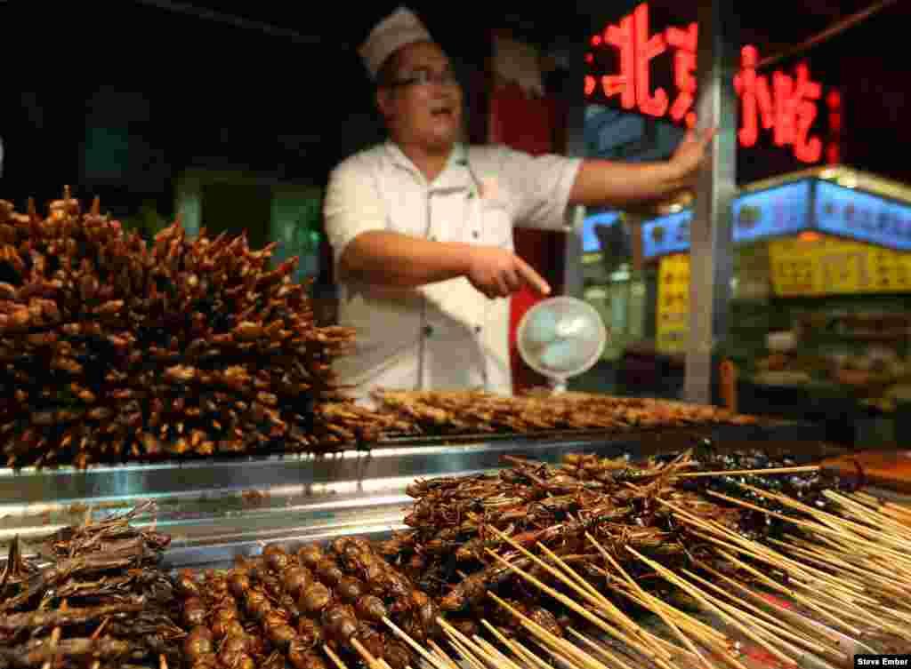 Традиционный фаст-фуд на китайских рынках - жареные насекомые. Хоть китайцы, на самом деле, не едят ни кузнечиков, ни тараканов, это не мешает им зарабатывать деньги на всеобщих заблуждениях На фото - крупнейший в Пекине рынок Вейфудзин