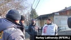 Житель Алматы Байболат Кунболатулы проводит пикет у генконсульства Китая. Алматы, 7 февраля 2020 года.