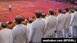 Туркменские студенты в парадной форме. Иллюстративное фото.