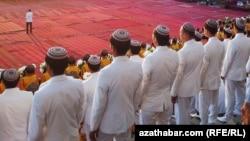Туркменские студенты в парадной форме (иллюстративное фото)