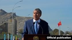 Алмазбек Атамбаев көпүрөнүн ачылышында