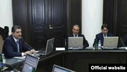 Премьер-министр Армении Тигран Саргсян (слева) ведет заседание правительства (архивное фото)