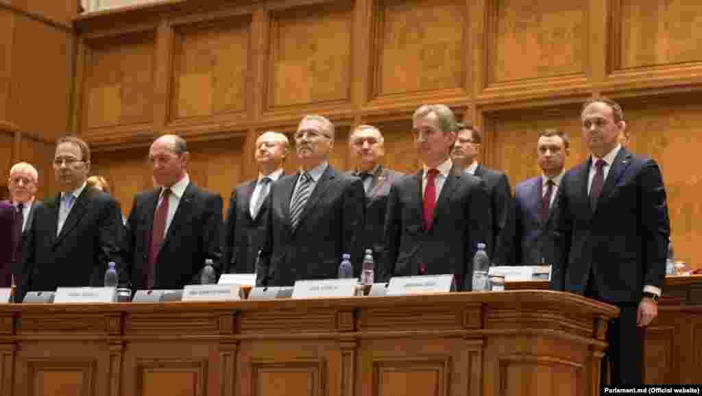 Delegaţia de la Chişinău alături de cei doi foşti preşedinţi români Traian Băsescu şi Emil Constantinescu