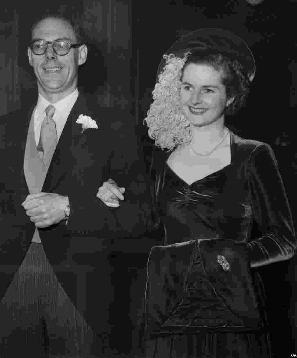 Маргарет ва арӯсии ӯ бо Денис Тетчер дар Лондон, декабри соли 1951.