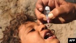 Полиомиелитке қарсы дәрі тамызу. (Көрнекі сурет)