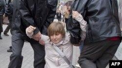 Полицейские задерживают Анастасию Рыбаченко, активистку оппозиционного движения «Солидарность». Москва, 27 сентября 2011 года.