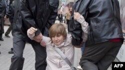 Полиция задерживает Анастасию Рыбаченко на оппозиционной акции 27 сентября 2011 года