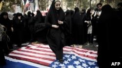 Qadınlar Tehranda keçmiş ABŞ səfirliyinin qarşısında Amerika bayrağını tapdalayırlar – 2013