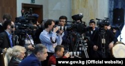 Работники СМИ во время освещения официального мероприятия в Бишкеке.