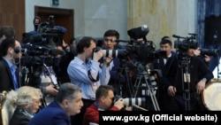 Кыргызстанские журналисты на пресс-конференции в Бишкеке.