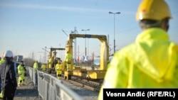 Kineski radnici rade na rekonstrukciji željeznice u Srbiji.