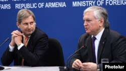 Foreign Minister Edward Nalbandian (R) and EU Commissioner for European Neighbourhood Policy and Enlargement Johannes Hahn give a joint press conference in Yerevan, 18Mar2015.