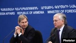 Комиссар ЕС по вопросам расширения и европейской политики соседства Йоханнес Хан (слева) и министр иностранных дел Армении Эдвард Налбандян во время совместной пресс-конференции, Ереван, 18 марта 2015 г.