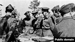 Фото 1943 года. Эксгумация массовых захоронений польских офицеров в Катынском лесу. Власти Германии показывают захоронение международной комиссии, в которую вошли представители Великобритании, Канады и США