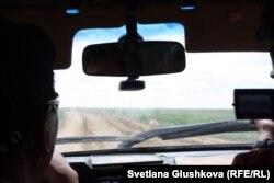 Автокөліктің алдына түсіп қашып бара жатқан киік. Қостанай облысы, 8 маусым 2015 жыл.